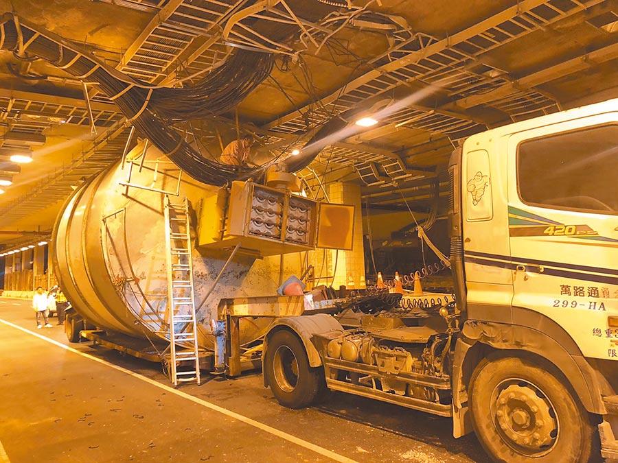 鳳鼻明隧道有高度限制,但不時發生超高車輛硬闖。(翻攝照片/莊旻靜新竹傳真)