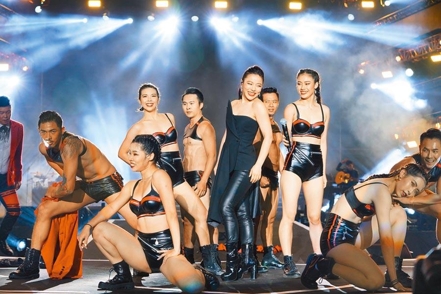 丁噹(右二)率領大陣仗舞團勁歌熱舞超過30分鐘。(中天提供)