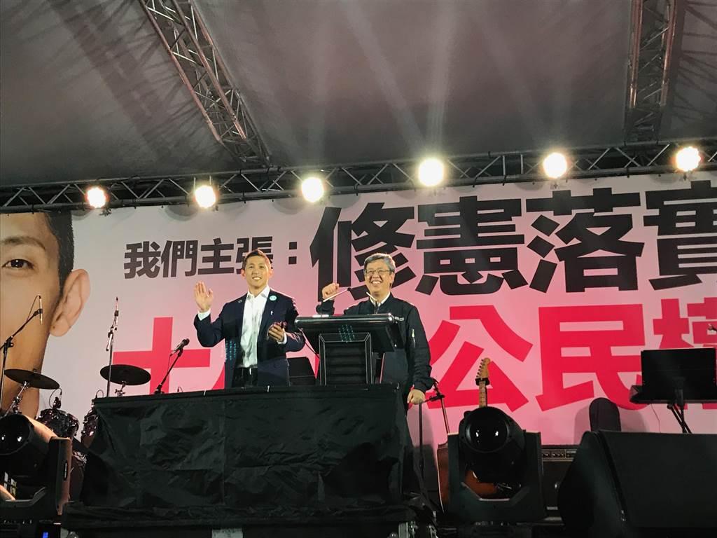 副總統陳建仁(右)與民進黨立委候選人吳怡農(左)。(張穎齊攝)