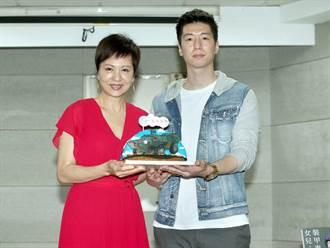 兩兒子現身新書記者會支持媽媽 熊海靈感動落淚