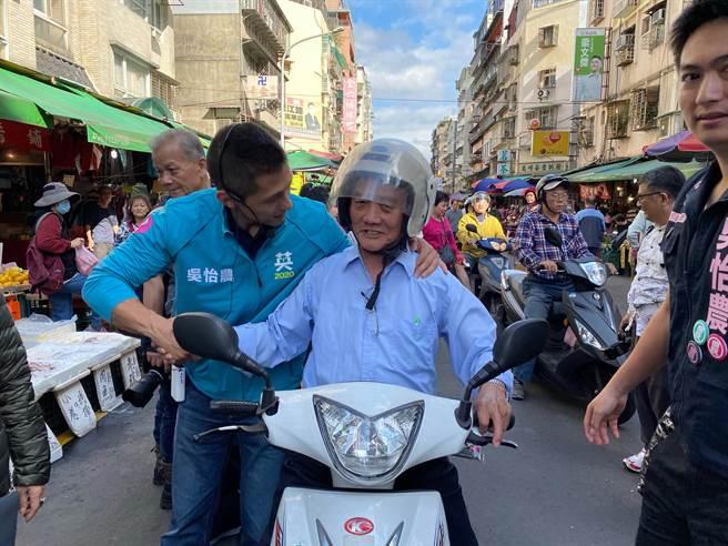 民進黨立委候選人吳怡農(左)5日不停掃街,在選前黃金周要爭取民眾支持。(吳怡農競總提供/張穎齊台北傳真)