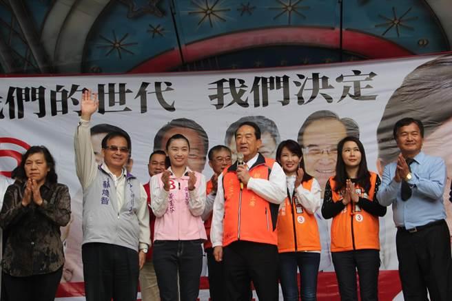 宋楚瑜(前排右起)為黃玉芬站台輔選,自我調侃兩人都參選了五次。左二為前台南縣長蘇煥智。(謝瓊雲攝)