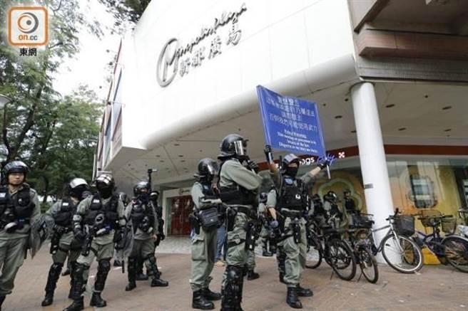 警方在新都廣場外舉藍旗。(圖/東網)