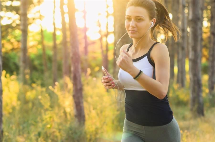 做跑歩等有氧運動瘦身,有人卻愈跑愈胖,專家分析,其實是因為用燃脂解釋減肥效果不夠全面。(圖/pixabay)