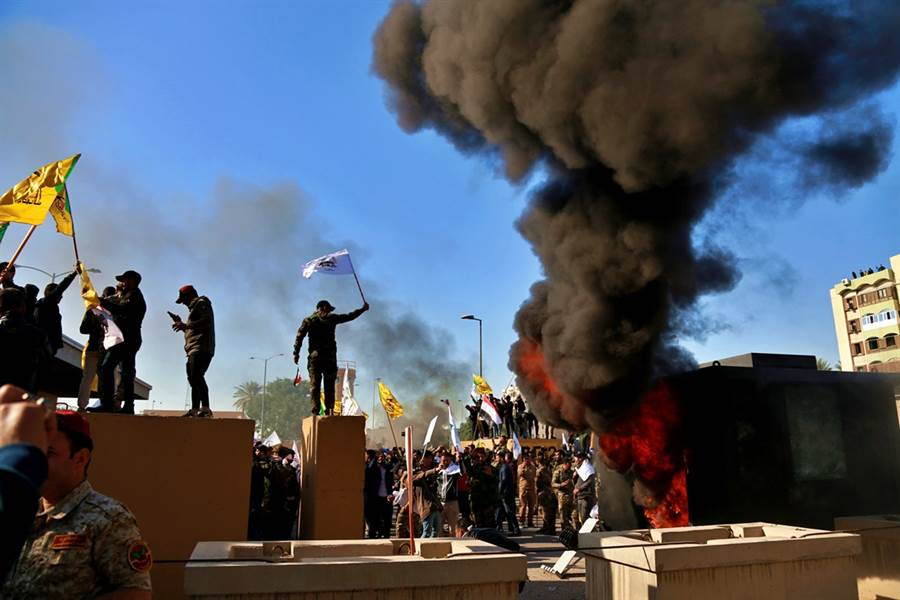 美國與伊朗緊張關係升溫,一枚火箭4日直搗美國駐伊拉克大使館外圍,所幸無人傷亡。圖為美駐伊大使館外圍先前遭伊拉克抗議人士包圍的畫面。(圖/美聯社)