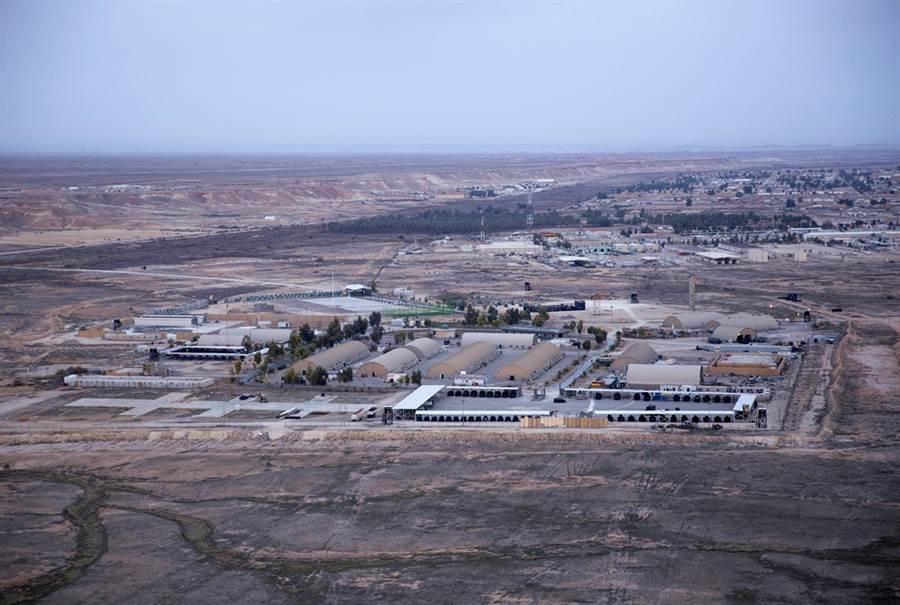 CNN引述美國官員說法,伊拉克境內的美軍阿薩德空軍基地(Al-Asad Air Base)可能成為伊朗報復目標。圖為阿薩德空軍基地空拍照。(圖/美聯社)