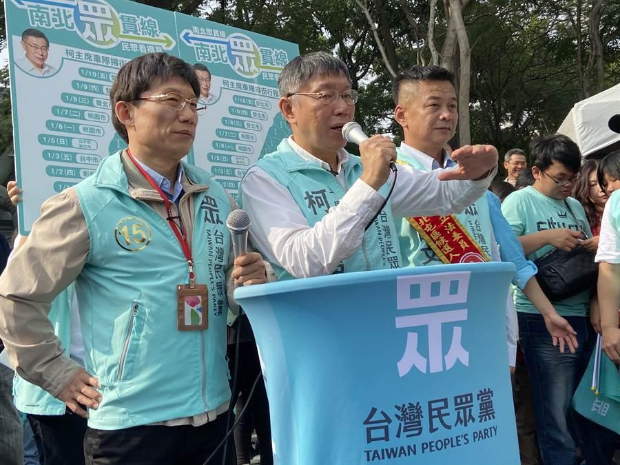 台北市長、民眾黨主席柯文哲(右)5日表示,養網軍帶風向、買媒體、用總統專機走私香菸、慶富案辦到人都跑掉了,這都不是台灣價值。(盧金足攝)