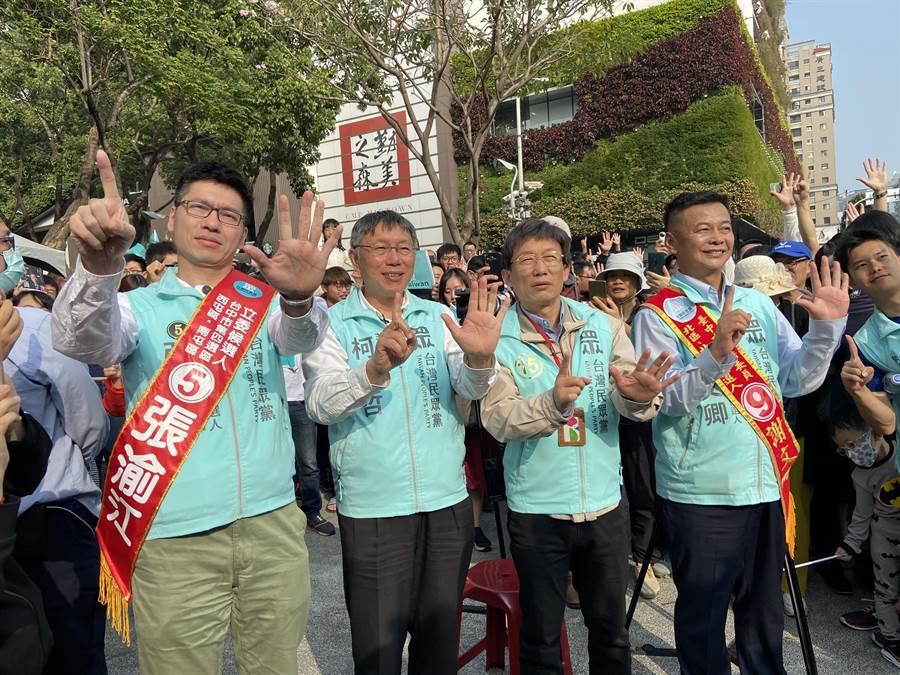 台北市長、民眾黨主席柯文哲(左二)5日為台中市提名的立委及不分區立委拉票。(盧金足攝)