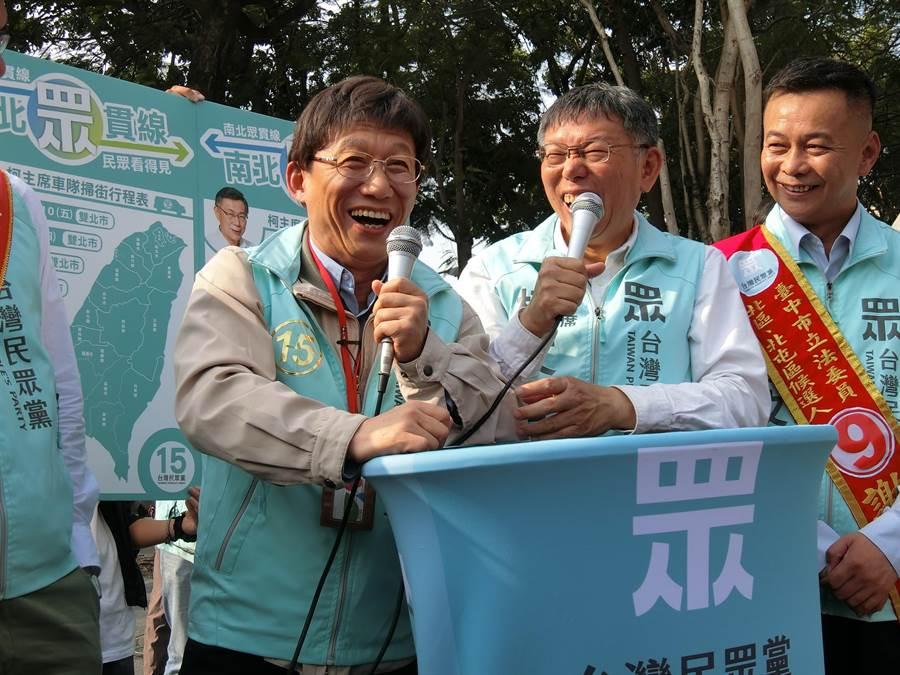 台北市長、民眾黨主席柯文哲(右)5日與模仿成「柯P」的藝人郭子乾同台,笑稱模仿太像,民眾以為「柯P鬧雙胞」。(盧金足攝)