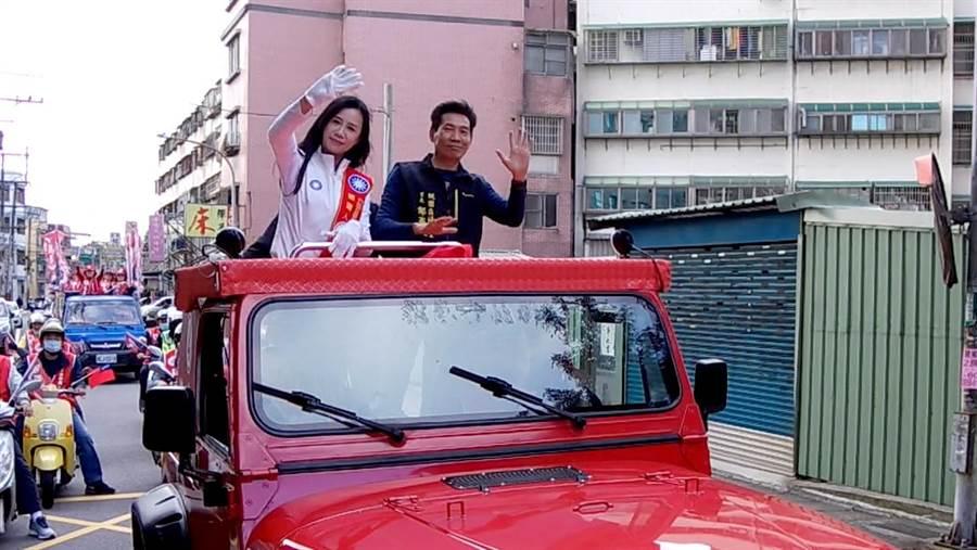 國民黨第四選區立委候選人萬美玲5日由在地里長、台北市議員羅智強陪同車隊遊街,沿途支持者的鞭炮聲、凍蒜聲不斷,展現全力拚勝選的氣勢。(蔡依珍攝)