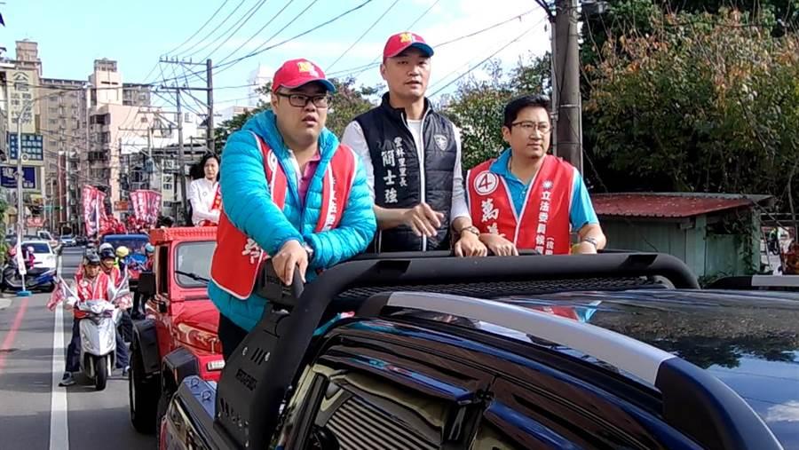 國民黨第四選區立委候選人萬美玲5日由在地里長、台北市議員羅智強陪同車隊遊街。(蔡依珍攝)