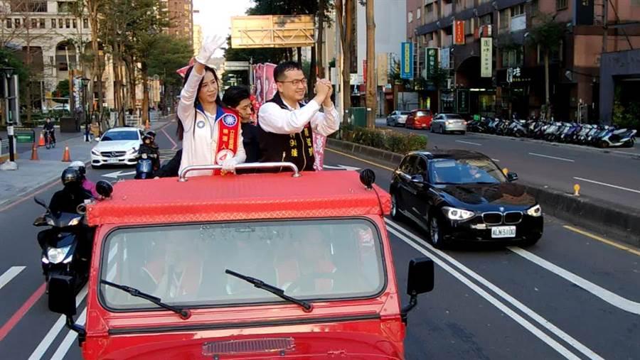 國民黨第四選區立委候選人萬美玲5日由在地里長、台北市議員羅智強陪同車隊遊街,沿途支持者的鞭炮聲、凍蒜聲不斷。(蔡依珍攝)