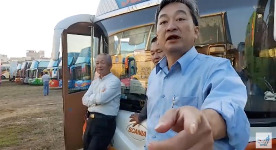 韓家青年志工團潛入蔡英文造勢,遊覽車司機大吐苦水。(取自韓家青年志工團頻道)