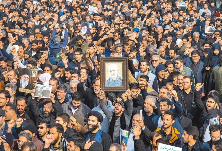 1月3日,伊朗德黑蘭,民眾參加遊行,抗議伊朗革命衛隊「聖城旅」指揮官蘇雷曼尼被炸身亡。(新華社)