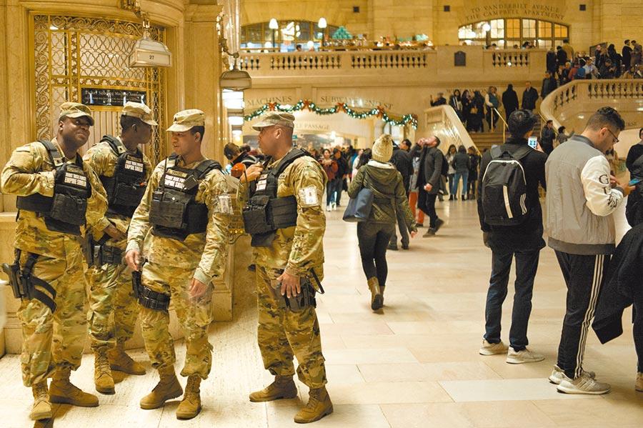 當地時間1月3日,美國陸軍在紐約中央車站內執勤。美軍炸死伊朗高階指揮官後,紐約加強安保戒備。(中新社)