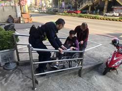 中風婦思母 自轉輪椅返家體力不支困路旁