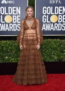 《金球獎紅毯》葛妮絲佩特洛小「迷糊」? 竟把寶格麗項鍊戴在禮服裡辣秀川字肌