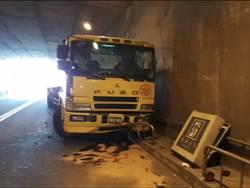 台62線貨櫃車禍  方向盤失控衝進隧道撞斷標示