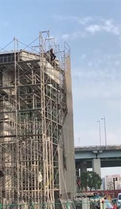 五股運動中心工程款拖欠過年 承包商被迫爬頂樓討債