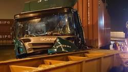 萬瑞快速道大貨車追撞 車體變形駕駛卡車內