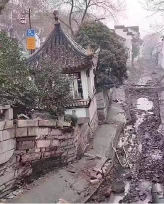 陸媒:蘇州十全街突然塌陷 商戶急撤離