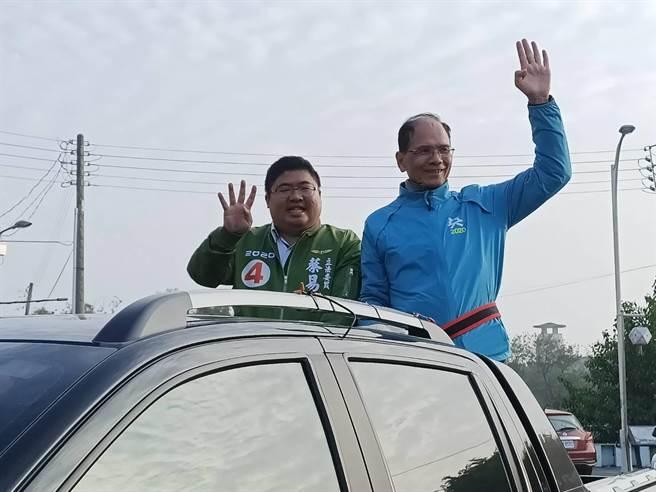 游錫堃與蔡易餘進行車隊掃街。(張毓翎攝)
