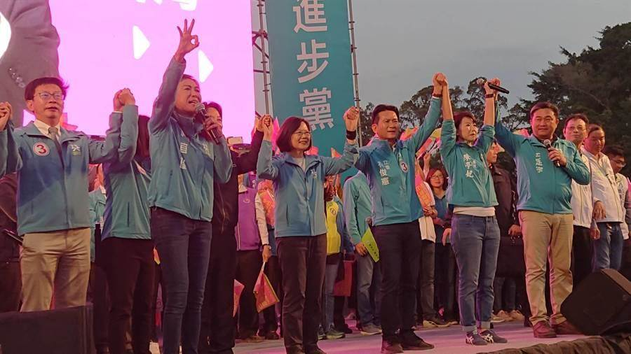 蔡英文總統(中)牽起民進黨六位立委候選人的手,大喊2020台灣要贏。(程炳璋攝)