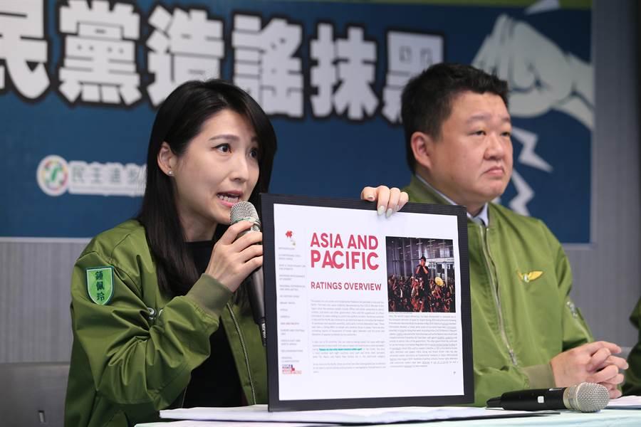 民進黨發言人鍾佩玲(左)指多個國外機構評比台灣自由度是亞洲第一。(黃世麒攝)