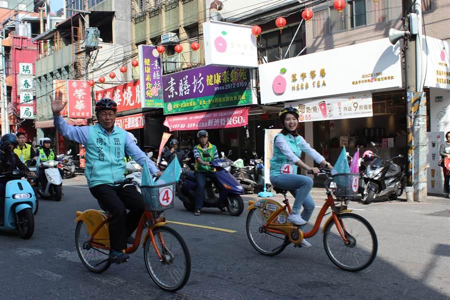 柯文哲騎單車為李旻蔚掃街助選。(戴上容攝)