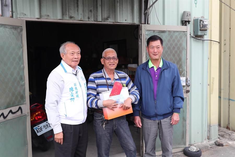 台塑六輕副總經理陳文仰(左)親送禮金與禮品慰問弱勢家庭。(張朝欣攝)