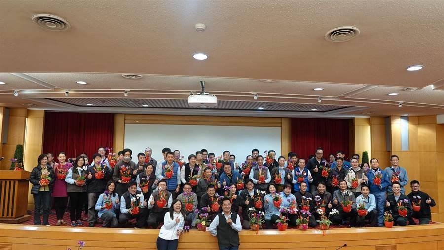 台塑石化協理黃耀南(前右)指導設計蘭花盆栽,募集發票捐贈社福機構。(張朝欣攝)