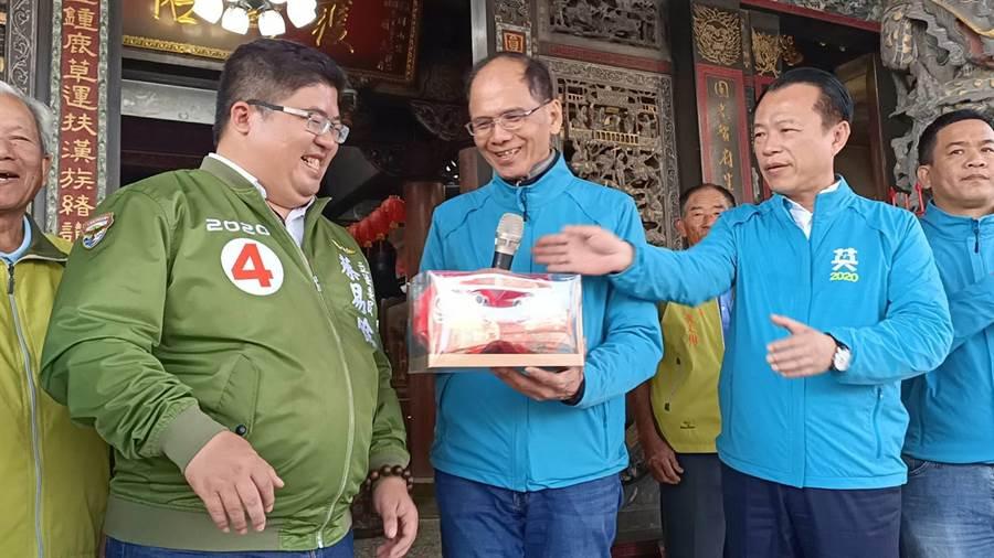 前行政院長游錫堃(右二)準備「必勝達摩」送給蔡易餘(右三)。(張毓翎攝)