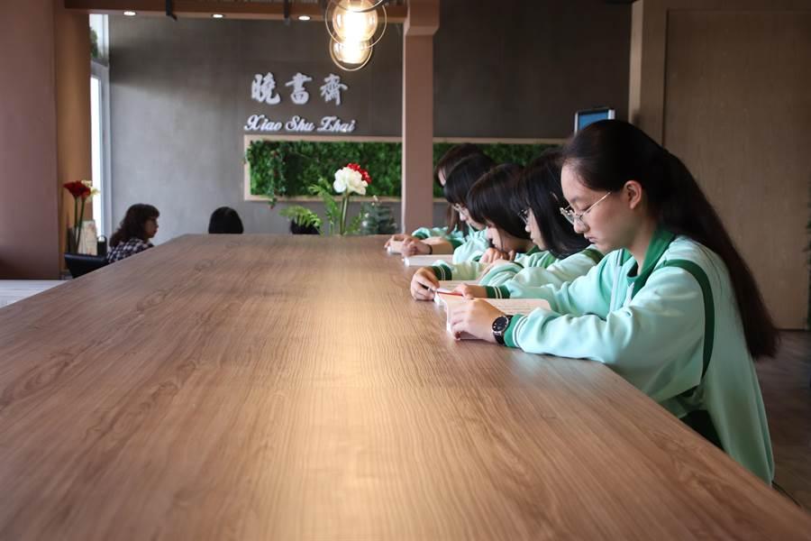 陽明國中社區共讀站「曉書齋」正式啟用,結合智慧科技與綠能,打造專屬陽明國中獨特的閱讀人文空間與美學特色。(洪浩軒攝)