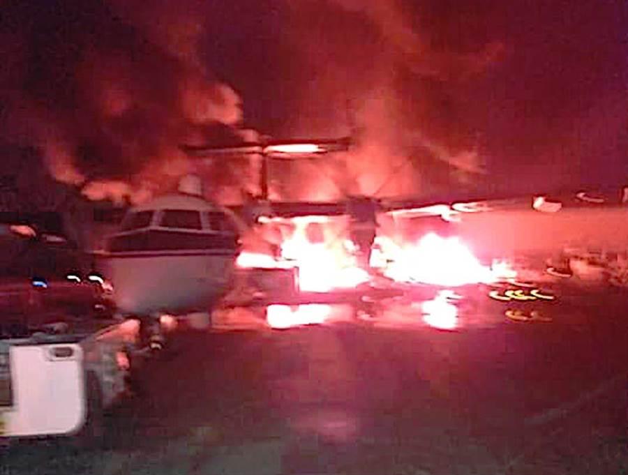 青年黨公布攻擊美軍基地的畫面,破壞了一架Dash-8電戰飛機。(圖/青年黨)