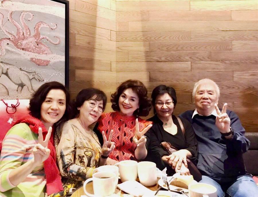 王芷蕾(左起)、丁曉慧、侯麗芳、陳瑋齡與製作人陳君天多年好友再相聚。(侯麗芳提供)