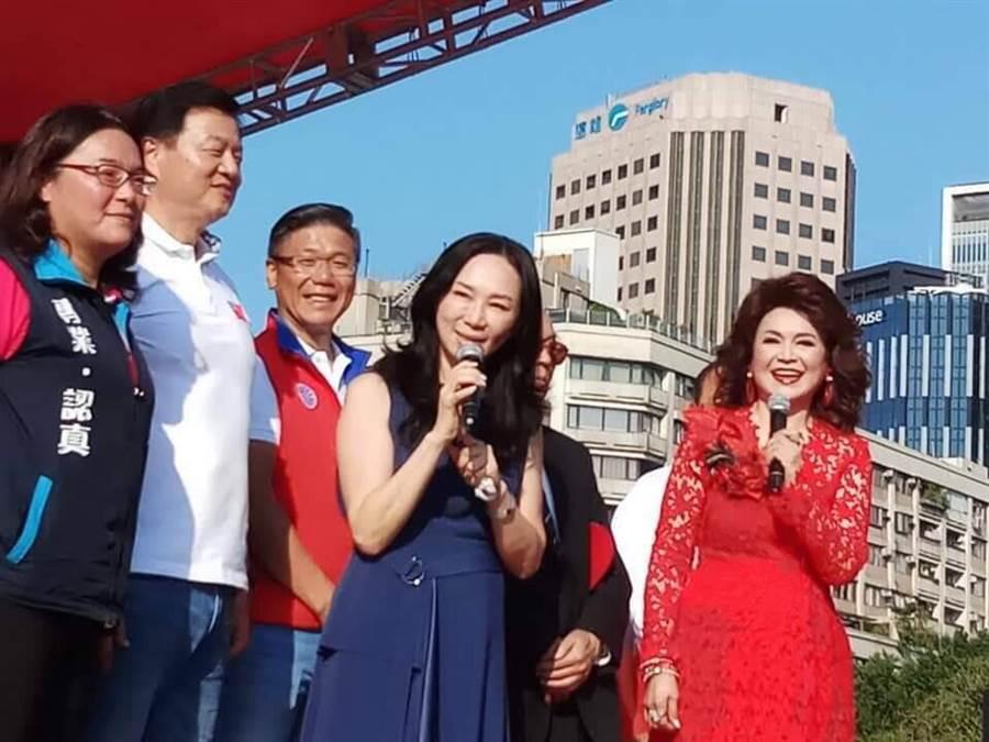 侯麗芳(右)主持2019慶祝雙十金曲演唱會,李佳芬(右二)特地上台致意。(侯麗芳提供)