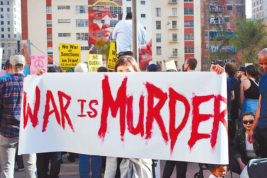 民眾於2020年1月4日星期六聚集在洛杉磯市中心的潘興廣場,以抗議美國最近在伊拉克的軍事行動。(美聯社)