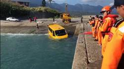 扯!台東粗心司機未拉手煞車 整輛計程車墜海