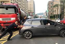 擔心阻交通 員警推車恢復順暢