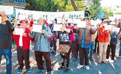 納骨塔產權糾紛 百人廟前抗議