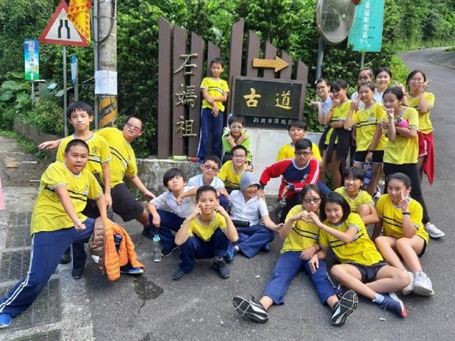 台北深坑青年壯遊點戶外教育體驗活動,讓學生挑戰石媽祖古道,認識在地歷史與文化。(教育部提供/林志成台北傳真)