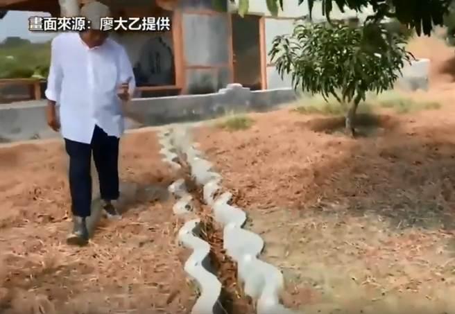 南部民俗專家廖大乙指出,蔡英文位於屏東楓港的祖墳,去年初至今已兩度整修,出現了14道蜿蜒水路。(圖/截自YouTube)
