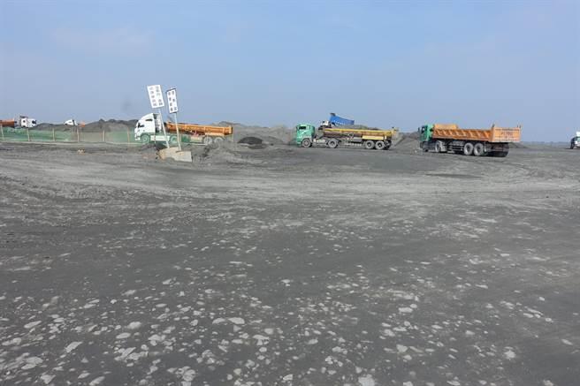 第四河川局在濁水溪大義崙排水下游段進行疏濬,出售部分砂石。(周麗蘭攝)