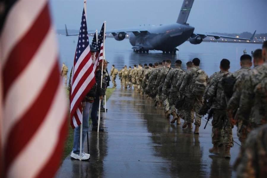 由於中東緊張情勢升高,美軍4日準備趕赴美軍中央司令部(U.S. Central Command)的畫面。(美聯社)