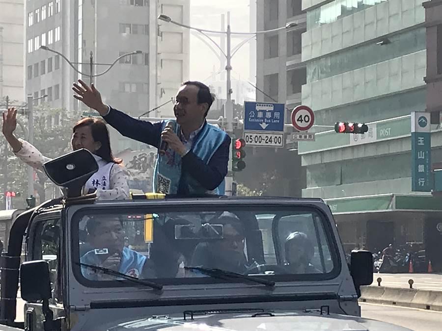 韓國瑜競選總部主委朱立倫上午陪同北市第六選區國民黨立委候選人林奕華掃街拜票。(陳俊雄攝)