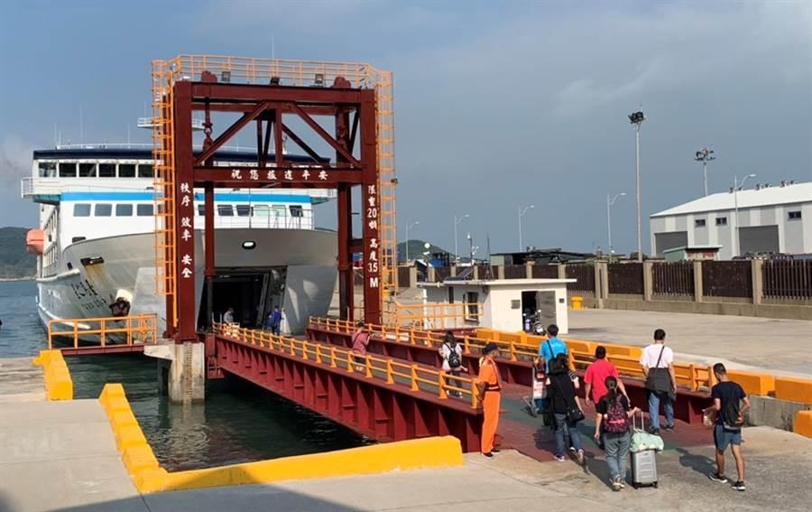 連假期間港口碼頭湧入返鄉及出遊人潮。(交通部航港局提供/陳世宗台中傳真)
