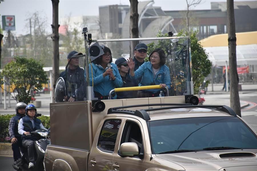 民進黨總統候選人蔡英文今7日到嘉義市與黨籍嘉市立委候選人王美惠合體掃街,受到支持者熱情歡迎。(呂妍庭攝)