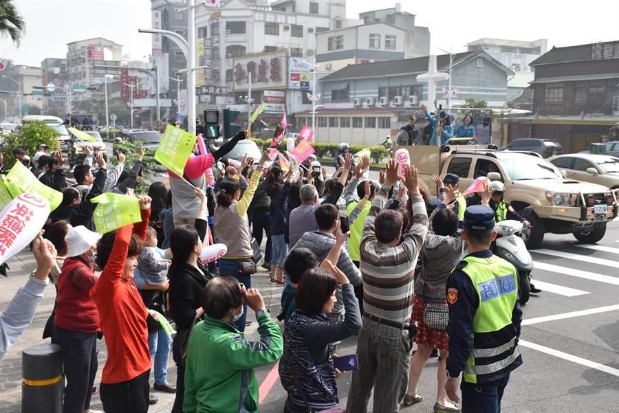 民進黨總統候選人蔡英文今7日到嘉義市掃街,受到支持者熱情歡迎。(呂妍庭攝)