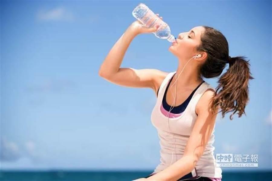 不用咖啡 腎臟科醫:這兩時間喝水 保證提神。(達志)