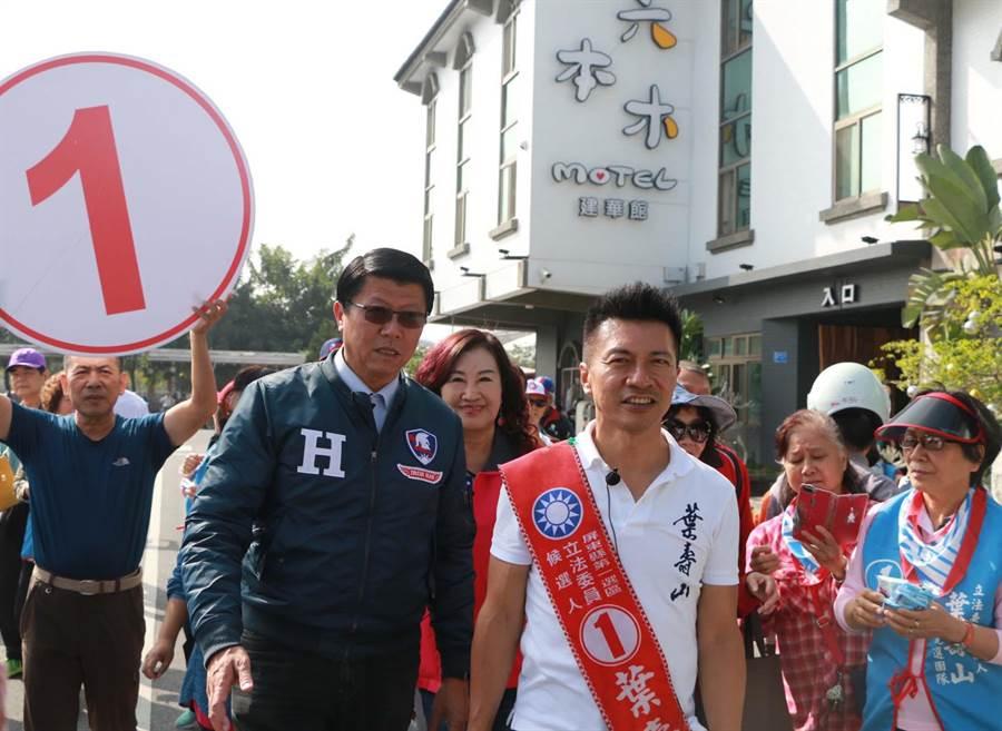 屏東立委第一選區國民黨候選人葉壽山(右),7日由台南市議員謝龍介(左)助選。(潘建志攝)